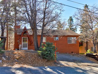 Warm cabin with rustic decor and peaceful location near the ski resort!