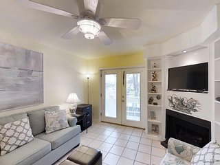 Anchor Resort condo w/shared pool, nearby beach, walk to dining & dock- dogs ok!