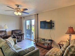 Waterfront condo w/ two shared pools, workout room, & dock - dog-friendly!