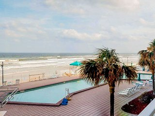 Oceanfront condo w/ shared pool & hot tub and lovely view of the beach