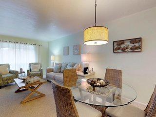 Romantic getaway w/shared pool & tennis courts, 2 blocks to beach!