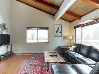 Convenient condo - walk to dining & shopping, 1 mile from the lake