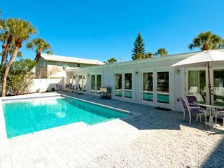Full duplex w/ shared heated pool and fenced backyard - dogs welcome!