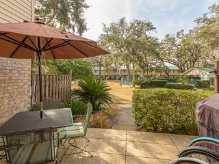Serene condo w/ patio & shared pool, tennis & gym - less than a mile to beaches!