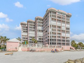 Pristine condo w/ shared pool, hot tub & sauna - ocean views, walk to beach!