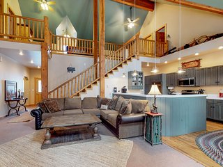Spacious mountain cabin with private hot tub, shared pool - beach nearby
