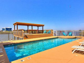 Cozy condo w/shared pool, free WiFi & full kitchen -walk to beach