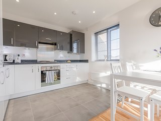 PENTHOUSE WITH FREE PARKING - 5 MINS TO WINDSOR