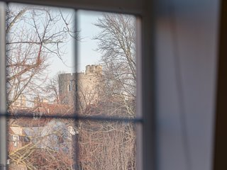 WAVE TO THE QUEEN FROM THE WINDOW - HEART OF WINDSOR