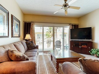NEW LISTING! Bright & comfortable condo w/ a shared pool, private beach access!