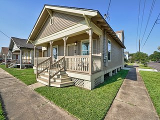 Cottage w/front porch- walk to the beach, Pleasure Pier, and a park