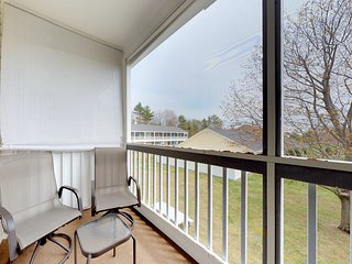 Studio w/ screened balcony & seasonal pool/pool table - near beaches!