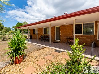 Air Conditioned, Dog Friendly Duplex Close to RSL