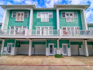 Newly remodeled 3 bed/ 2.5 bath condo! Community pool and hot tub!