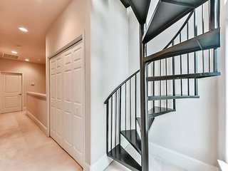 Vitalizing Downtown Home- 2 Balconies+Terrace- 7 Beds