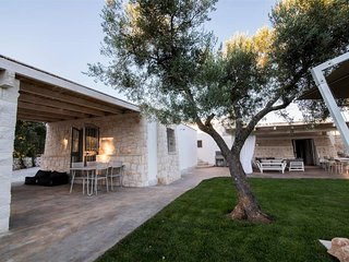 Stunning 4 bed trullo in Puglia. A/C. Private pool, incredible gardens