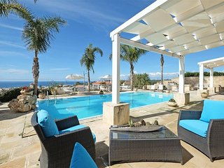 Stunning 5 bed Puglia villa. Private pool. Jacuzzi. BBQ. Walk to beach. WIFI