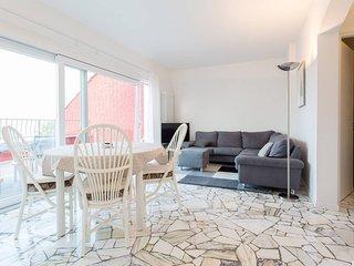 Modern apartment with steps to lakeside beaches, lake views, WIFI