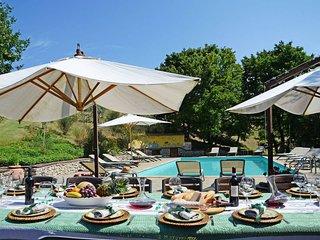 4 bedroom villa with pool. Short walk to Anghiari.