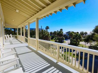 1 min to Beach. Relax in Beautiful Beach Home w Ocean Views, 2 Master Suites & P