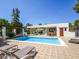 Beautiful house with pool and barbecue, 5 km from Ibiza city, 6 km from the near