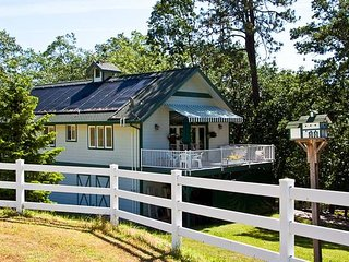 Anderson Creek Barn Cottage - Minutes from Ashland - Pet Friendly