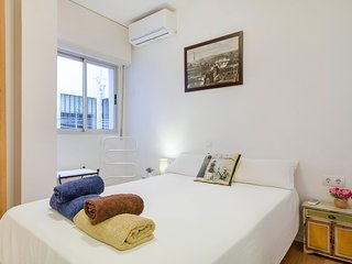 UrbanChic Spacious 3-BR Near Picasso in Historic Centre