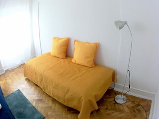 (02) Good Time Airport in Lisbon - Family Room with Shared Bathroom