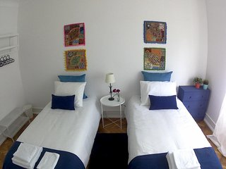 (04) Good Time Airport in Lisbon - Twin Room with Shared Bathroom
