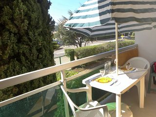 1 bedroom Apartment with WiFi and Walk to Beach & Shops - 5051678
