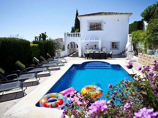 4 bedroom Villa with Air Con, WiFi and Walk to Beach & Shops - 5700542