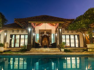 Nusa Dua, 7 BDR, White Sandy Beaches Steps Away, Super Location
