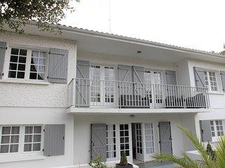 VILLA BRUYÈRE-grande maison de 18 personnes-tout près des plages-PISCINE CHAUFFÉ