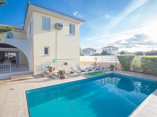 5 Bedroom villa with heated pool, 400 meters from the beach