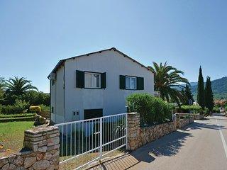 2 bedroom Apartment in Stari Grad, Croatia - 5542666