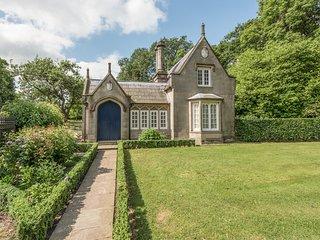 STONE LODGE detached stone-built cottage, luxurious, en-suites, garden, WiFi