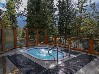 Mountain Condo With Fireplace & Private Deck! 2 On-Site Hot Tubs