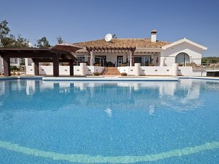 8 bedroom Villa with Air Con, WiFi and Walk to Beach & Shops - 5700430