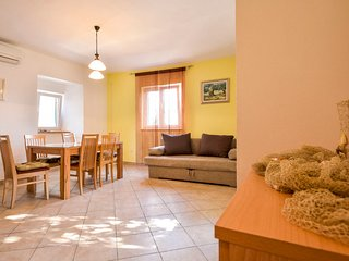 2 bedroom Apartment with Air Con, WiFi and Walk to Beach & Shops - 5689220