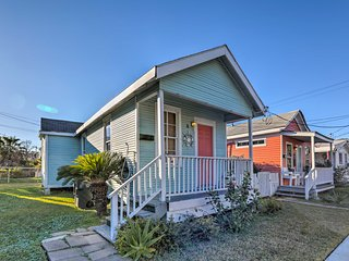 NEW! Galveston Cottage-Walk to The Strand & Beach!