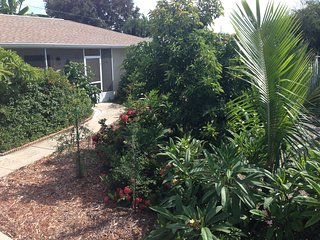 Tropical Fruit Garden,Heated Pool,Hot tub. about 5 minute drive to the beaches.