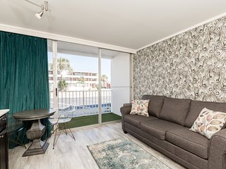 Spacious, Renovated Suite with Balcony   Access to Tiki Area + Pool