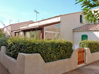 2 bedroom Villa with Walk to Beach & Shops - 5702159
