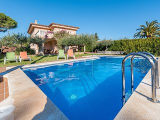 Spacious 6 bedroom villa in a quiet and attractive residential area of Cambrils