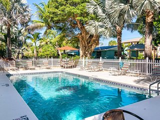 MI Happy Place Condo Across from Manatee Public Beach w Complex Heated Pool