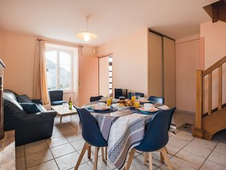 2 bedroom Apartment with WiFi and Walk to Beach & Shops - 5716040