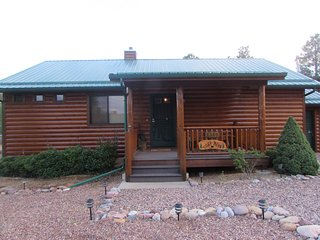 Cozy Bear Cabin in Bison Ranch With A Hot Tub On The Mongolian Rim
