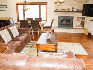 NEW-Views, riverwalk dntown, hot tub, ez access RMNP, hike out back door, family