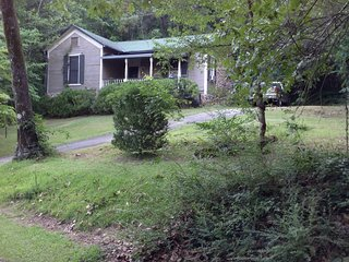 Guest Cottage on the 20 acres of gardens and woods of Springwood Inn...Privacy!