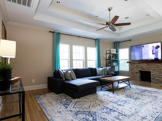 Montrose 2bd / 2ba With Lots of Natural Light